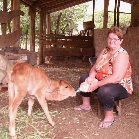 Paula Neu feeding her calf, Agudo, Brazil, CIDADES SEM FOME